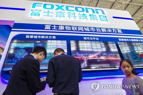 """""""애플 아이폰 판매부진 때문"""" 폭스콘, 순이익 17.7% 감소"""